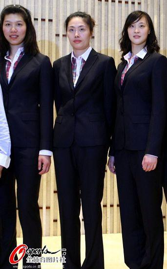 图文:女排队员试穿奥运正装图片