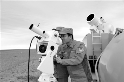 前日,四子王旗主着陆场,光测阵地工作人员检查设备。新华社记者 王建民 摄