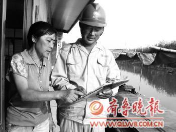刘巨海/正值微山湖的枯水期,水浅,船不能靠近电线杆,刘巨海背着工具包...