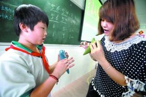 陶笛/大学生在广州龙涛学校教小学生吹陶笛。