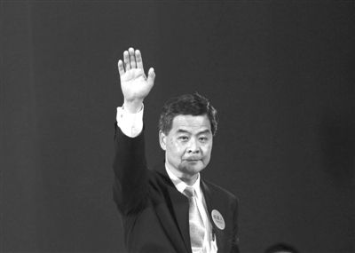2012年3月25日,梁振英以689票胜出,当选香港第四任行政长官人选。图为梁振英挥手致意。图/IC