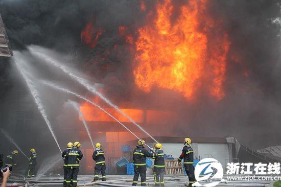 台州塑料厂火情反复 消防官兵12小时扑灭大火