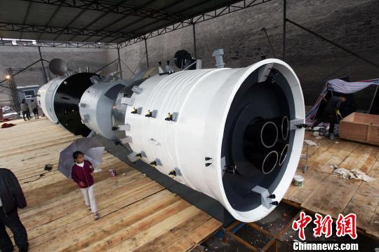 该模型长达22米、两翼展开达19米,直径3米、总重量达5吨。张云摄