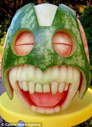 天热,清凉一下:加拿大艺术家用西瓜雕出头像