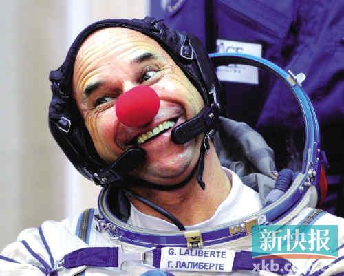 2009年9月30日,世界第七位太空游客、加拿大太阳马戏团的创始人及总经理盖・拉利伯特进行太空服测试。新华社发