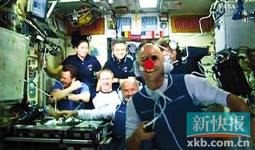 2009年10月2日,盖・拉利伯特(前)在国际空间站挥手致意(视频截图)。新华社发