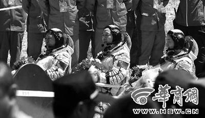 三名航天员顺利出舱 本报记者 叶原 摄