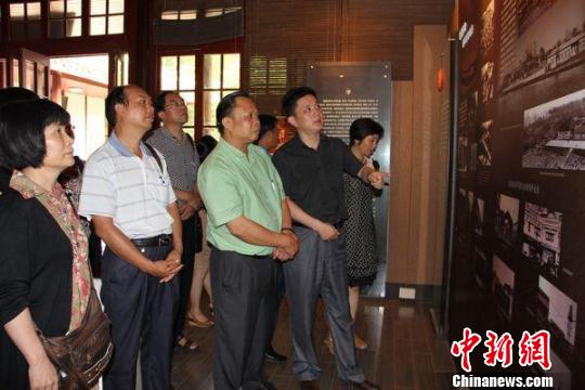 ...南通市侨联副主席吴亚军 右二 的陪同下参观南通华侨博物馆
