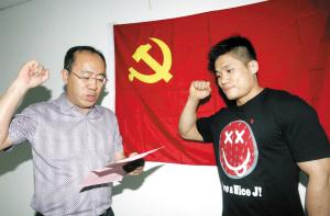 图:吕小军在党旗下庄严宣誓。