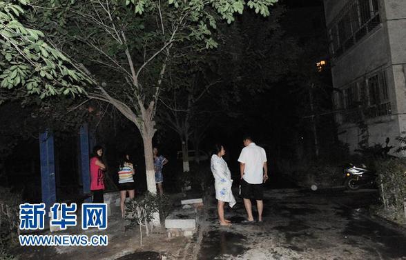 6月30日清晨,新疆巴音郭楞蒙古自治州库尔勒市震感明显,市民到户外