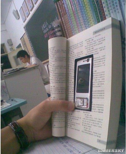 男生 手机 爆笑/屌丝上课看手机的新招数,你说沦丧不沦丧!