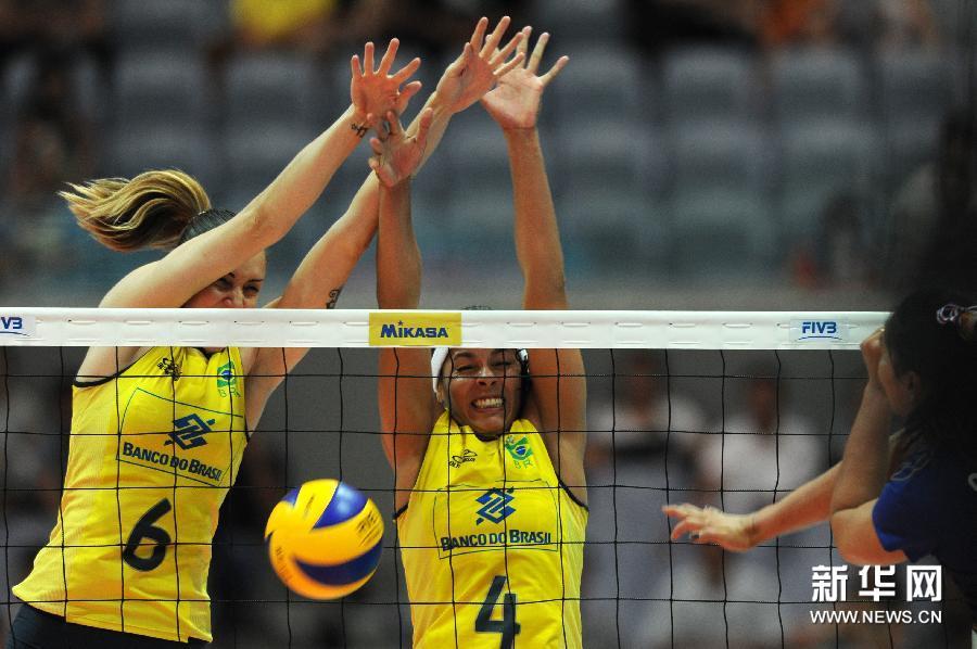 6月30日,巴西队球员法比(中)在比赛中救球。当日,在2012年世界女排大奖赛总决赛第四轮比赛中,巴西队以3比0战胜泰国队。新华社记者徐昱摄