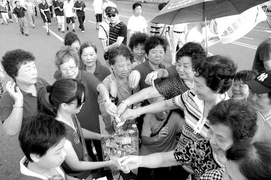 万人行活动沿途,市民踊跃献爱心。 本报记者 李俊伟 方淦明 摄
