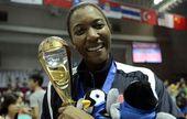 图文:2012世界女排大奖赛颁奖 斯科特展示奖杯