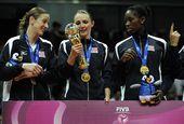 图文:2012世界女排大奖赛颁奖 理查德斯看奖杯