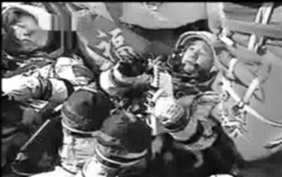 直播时航天员身后福字引起很多人注意。视频截图