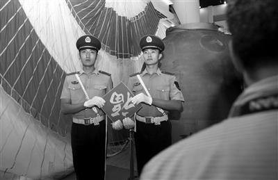 昨日,看守神九的武警也拿着福字留影。 新京报记者 孙纯霞 摄