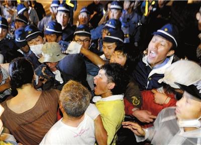 7月1日,福井县大饭町大饭核电站厂区门口,抗议民众与警察发生冲突。 图/东方IC