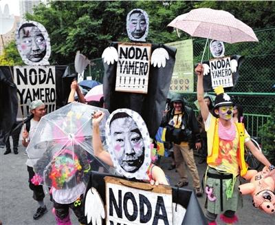 7月1日,日本东京,示威者举着野田首相的头像游行。 图/东方IC