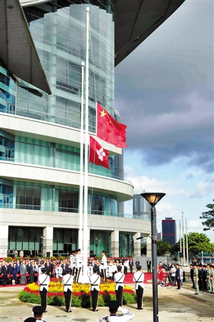 特区政府在金紫荆广场举行升旗仪式