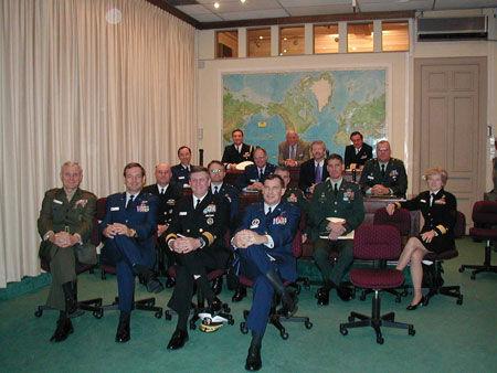 原文配图:美国海军战争学院的教授学者们。