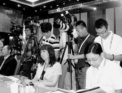 媒体记者关注第五届跨国公司领袖圆桌会议
