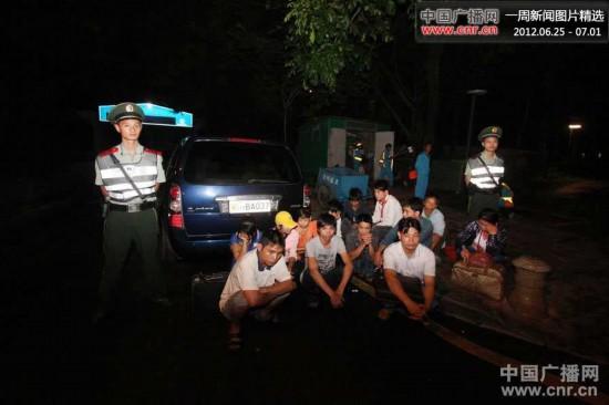 6月24日凌晨,深圳边防支队在广东深汕高速凌坑出口查获一宗特大外籍人员偷渡案。图为深圳边防支队官兵抓捕到的12名越南籍偷渡人员。