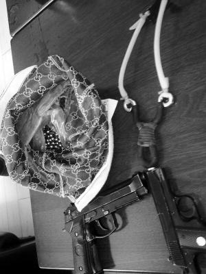 玻璃/射车玻璃用的弹弓和仿真枪。