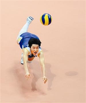张娴在比赛中救球。