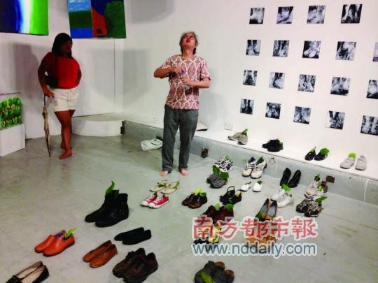 """日本艺术家池田一在""""启德河是/不是一个隐喻""""展上表演。"""