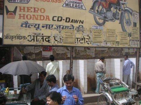 男人 老婆 厕所 印度/印度的大部分城镇,在靠墙的地方贴几块瓷砖,挖几个坑,就成了...