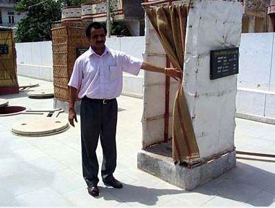 厕所 老婆/在印度农村,无论是草丛中、树荫里,还是在道路旁、墙脚下,你...