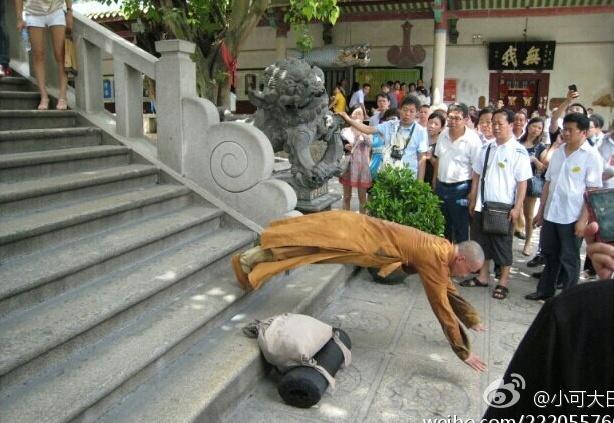 南普陀/台阶之上叩拜而下