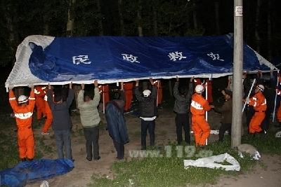 图为消防官兵搭建救灾帐篷