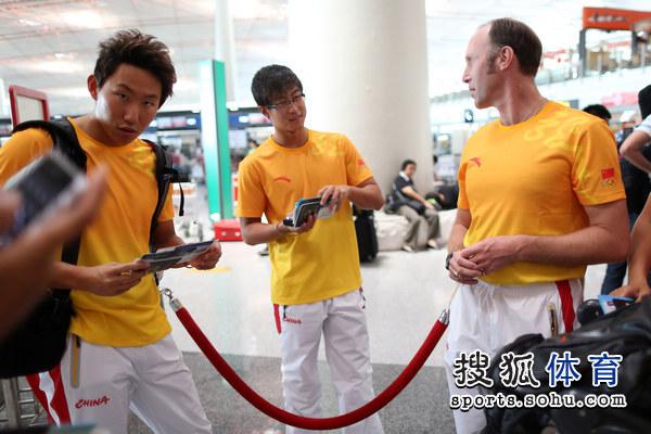 图文:中国游泳队出征伦敦奥运 -队员与外教交谈