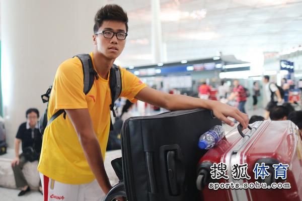 图文:中国游泳队出征伦敦奥运 男队员表情很酷