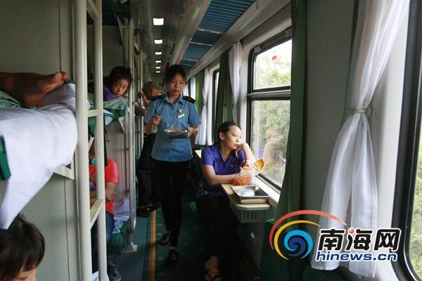 海口至西安女生:维族实习乘务员男生微笑服务亲吻列车视频姑娘图片