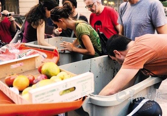 竟然有人组团吃垃圾?西班牙环保团体提倡节约(图)