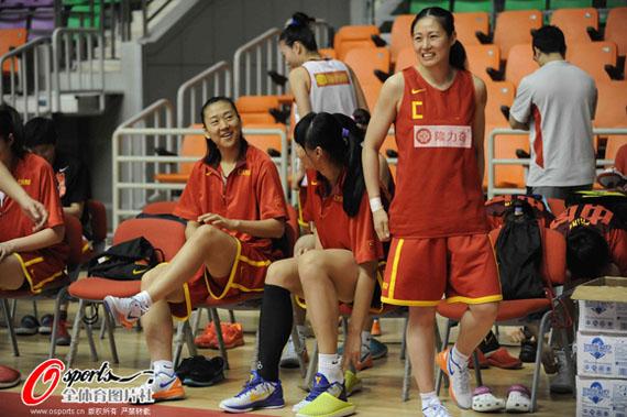 组图 中美女篮备战伦敦奥运 宋晓云等人在休息