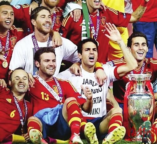 法布雷加斯在颁奖礼后也解释道,卫冕欧洲杯的荣誉,属于所有曾经为图片