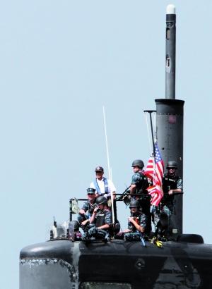 """美国""""路易斯维尔""""号核潜艇6月25日抵达菲北部苏比克湾港进行""""例行访问""""。"""