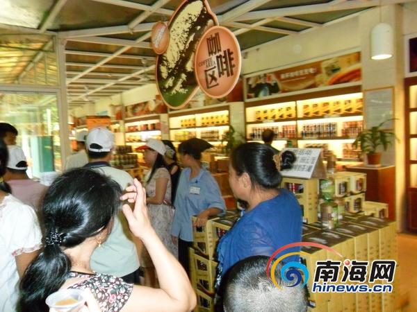 游客在购物点内(南海网记者组摄)