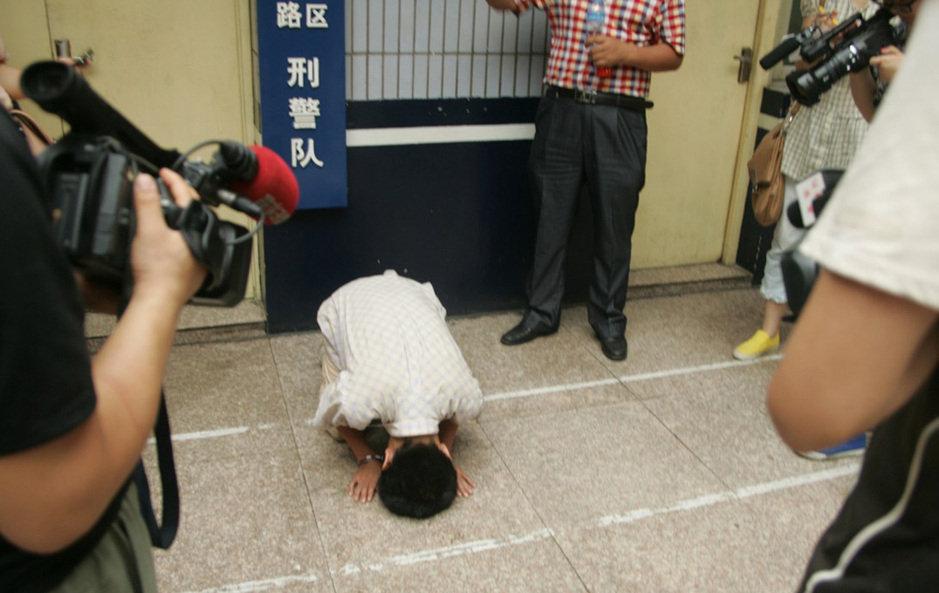 被偷窥���'_高清:男子公厕偷窥女子如厕 被抓下跪认错(组图)