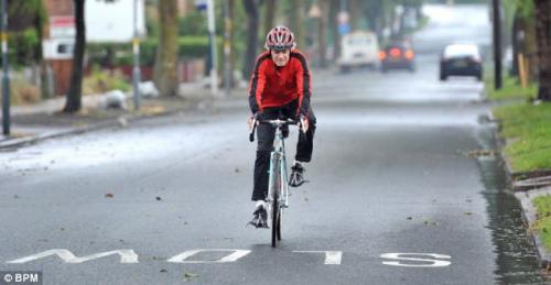 七旬老伯骑着他的老自行车