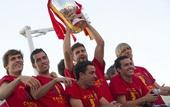 图文:西班牙庆祝欧锦赛夺冠 皮克高举冠军奖杯