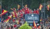 图文:西班牙庆祝欧锦赛夺冠 队员们正乘车游行