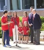 图文:西班牙庆祝欧锦赛夺冠 国王正与队长交谈