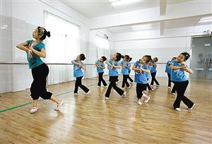 跟着老师学跳舞(图)图片