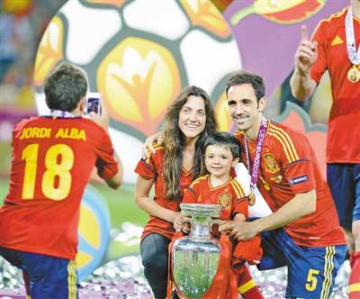 西班牙队球员胡安弗兰右与家人一起分享奖杯。新华社发