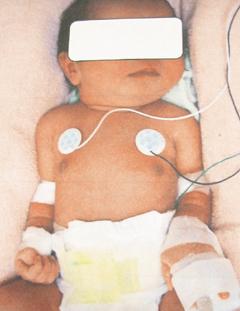 台中市街头前晚发现一名女婴被遗弃,全身只包着男性白色衬杉。